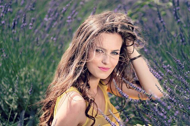 Naturalne ekstrakty kwiatowe są składnikiem kremów na wypryski na twarzy.
